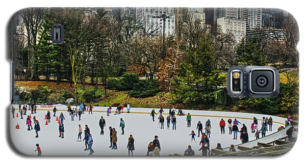 Skating At Central Park Galaxy S5 Case by Sandy Moulder