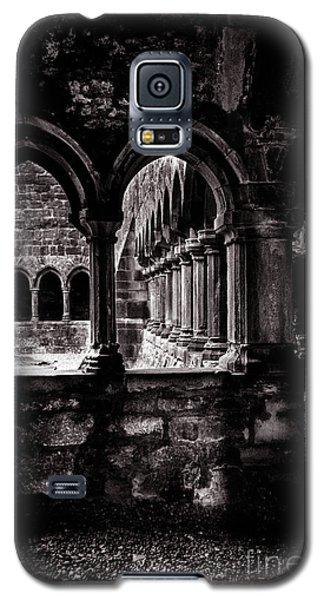 Galaxy S5 Case featuring the photograph Sligo Abbey Interior Bw by RicardMN Photography