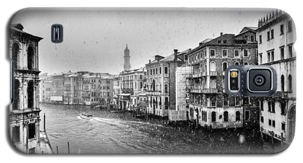 Galaxy S5 Case featuring the photograph Snowy Day In Venice by Yuri Santin