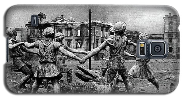Statue Of Children After Nazi Airstrikes Center Of Stalingrad 1942 Galaxy S5 Case