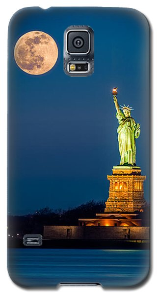 Statue Of Liberty And A Rising Supermoon In New York City Galaxy S5 Case