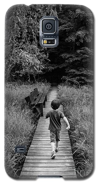 Galaxy S5 Case featuring the photograph Stepping Into Adventure - D009927-bw by Daniel Dempster