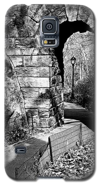 Stone Arch In The Ramble Of Central Park - Bw Galaxy S5 Case by James Aiken