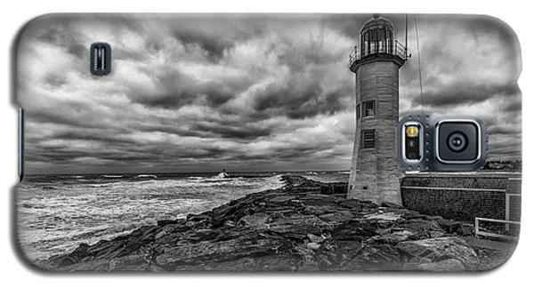Storm Clouds Over Old Scituate Lighthouse In Black And White Galaxy S5 Case