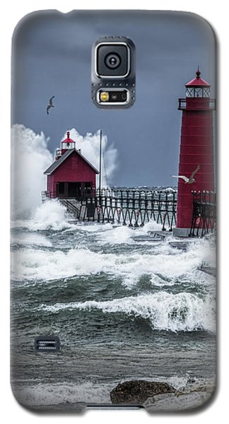 Storm On Lake Michigan By The Grand Haven Lighthouse With Flying Gulls Galaxy S5 Case
