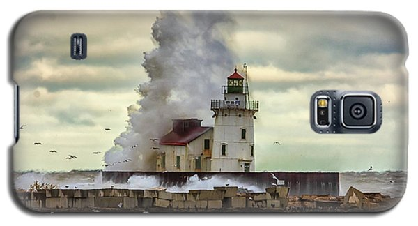 Storm Waves At The Cleveland Lighthouse Galaxy S5 Case