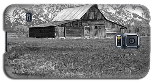 Streaming By The Moulton Barn Black And White Galaxy S5 Case by Adam Jewell