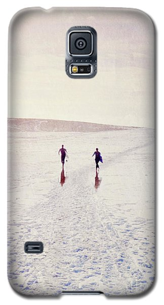 Galaxy S5 Case featuring the photograph Surfers In The Snow by Lyn Randle