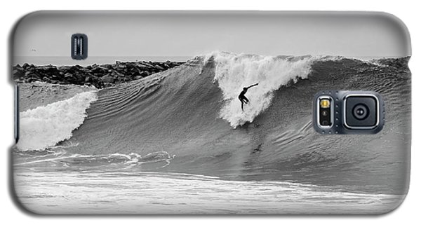 Galaxy S5 Case featuring the photograph Surf's Up Bw by Eddie Yerkish