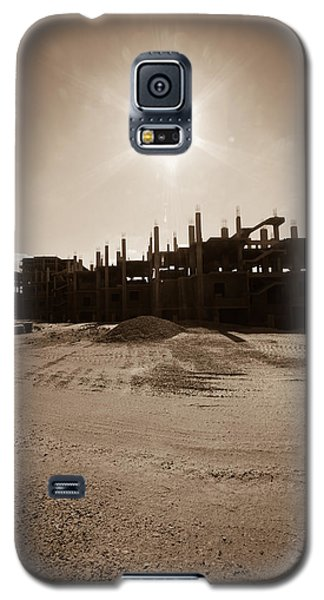 Galaxy S5 Case featuring the photograph T R Lone by Jez C Self
