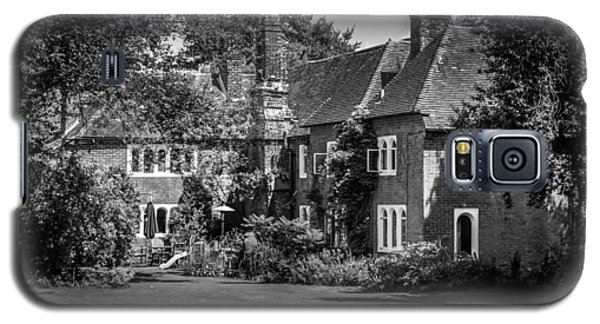 Galaxy S5 Case featuring the photograph The House At Beech Court Gardens by Ryan Photography