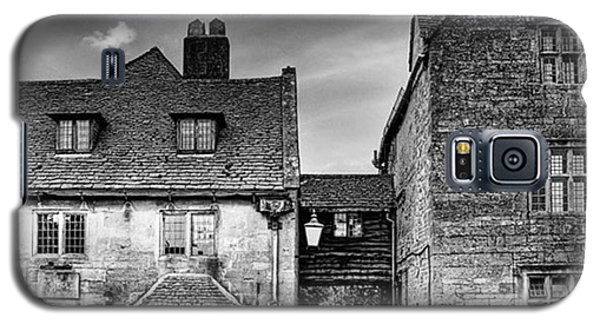 Galaxy S5 Case - The Lygon Arms, Broadway by John Edwards