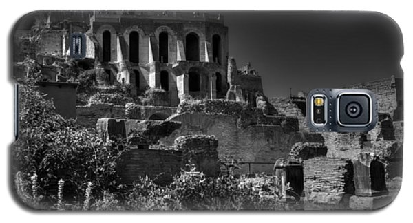 Galaxy S5 Case featuring the photograph The Roman Forum 001 Bw by Lance Vaughn
