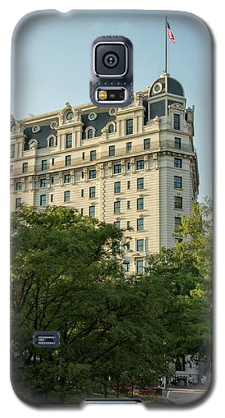 Galaxy S5 Case featuring the photograph The Willard Hotel by Chrystal Mimbs