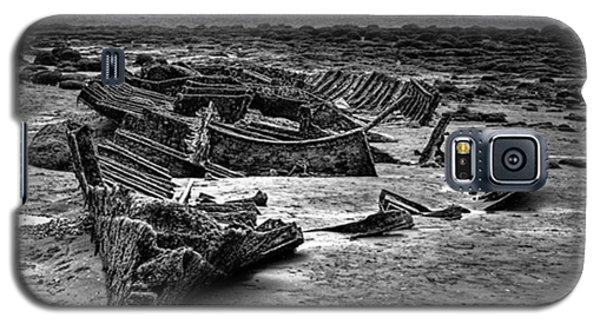 Galaxy S5 Case - The Wreck Of The Steam Trawler by John Edwards