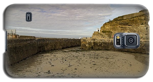 Galaxy S5 Case featuring the photograph Tide Out Portreath by Brian Roscorla