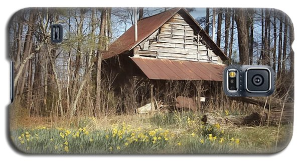 Galaxy S5 Case featuring the photograph Tobacco Barn In Spring by Benanne Stiens