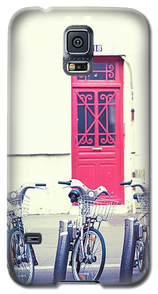 Galaxy S5 Case featuring the photograph Trois - Three Bicycles In Paris by Melanie Alexandra Price