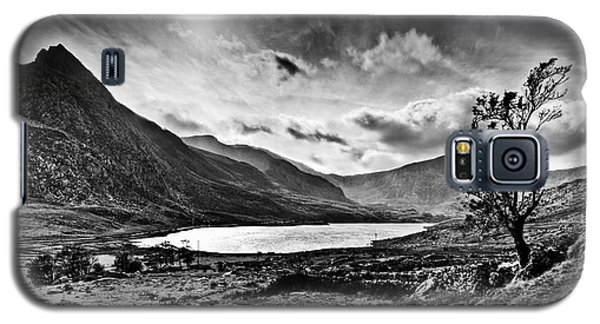 Galaxy S5 Case featuring the photograph Tryfan And Llyn Ogwen by Beverly Cash