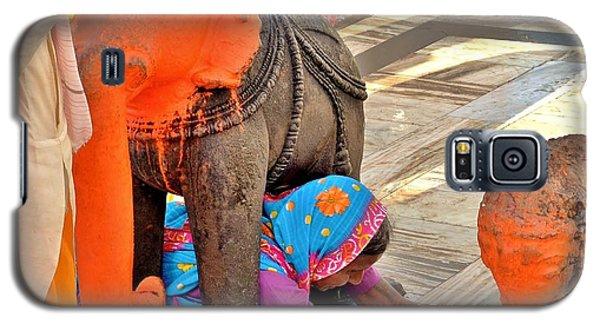 Under The Elephant - Narmada Temple At Arkantak India Galaxy S5 Case