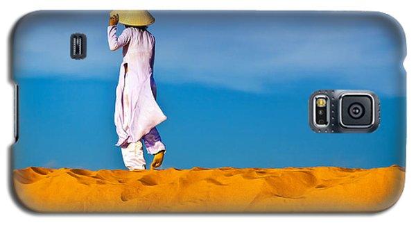 Vietnamese Woman In The Red Sand Dunes Mui Ne Vietnam Galaxy S5 Case