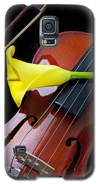 Violin Galaxy S5 Case - Violin With Yellow Calla Lily by Garry Gay