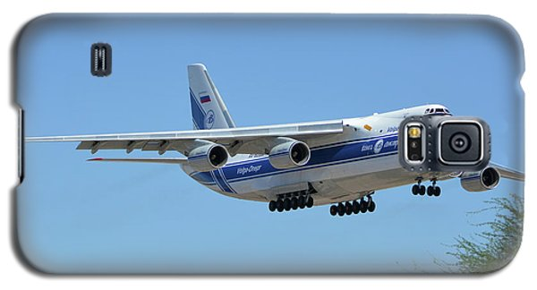 Galaxy S5 Case featuring the photograph Volga-dnepr An-124 Ra-82068 Landing Phoenix Sky Harbor June 15 2016 by Brian Lockett
