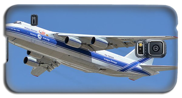 Galaxy S5 Case featuring the photograph Volga-dnepr An-124 Ra-82068 Take-off Phoenix Sky Harbor June 15 2016 by Brian Lockett