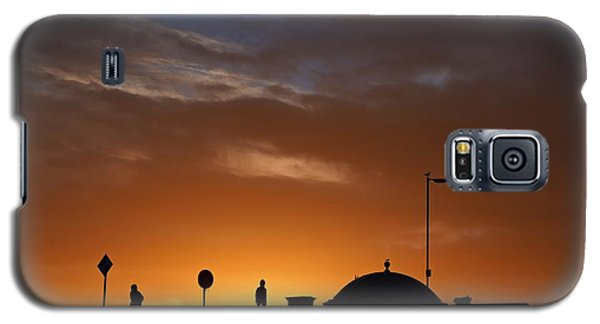 Walking At Sunset Galaxy S5 Case by Les Bell