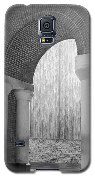 Waterwall And Arch 3 In Black And White Galaxy S5 Case