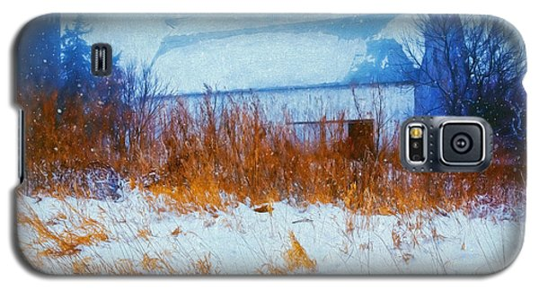 White Barn In Snowstorm Galaxy S5 Case