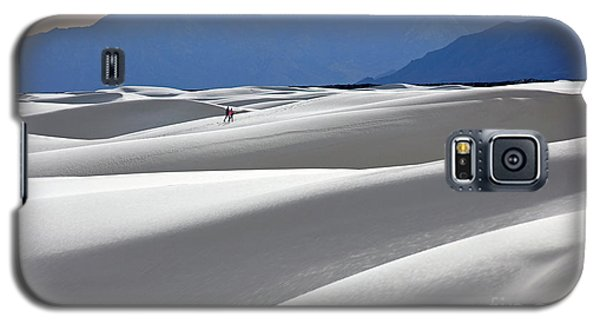 White Sands Hikers Galaxy S5 Case by Martin Konopacki