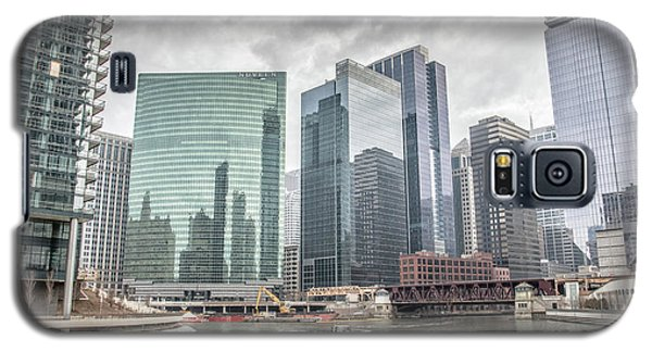 Galaxy S5 Case featuring the photograph Wolf Point Where The Chicago River Splits by Peter Ciro