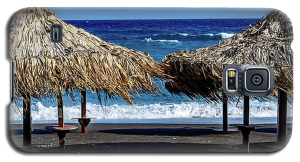 Wood Thatch Umbrellas On Black Sand Beach, Perissa Beach, In Santorini, Greece Galaxy S5 Case
