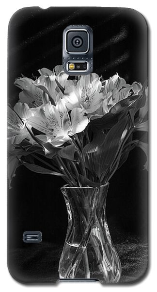 Dramatic Flowers-bw Galaxy S5 Case