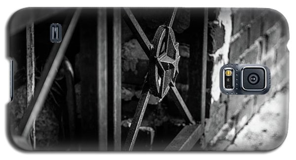 Iron Gate In Bw Galaxy S5 Case