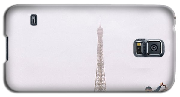 Newly-wed Couple On Their Honeymoon In Paris, Loving Having A Date Near The Eiffel Tower Galaxy S5 Case
