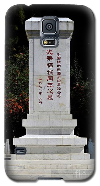 Remembrance Monument With Chinese Writing At China Cemetery Gilgit Pakistan Galaxy S5 Case