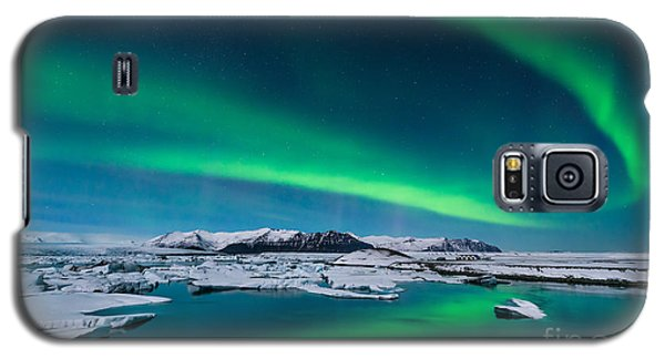 Cold Galaxy S5 Case - The Northern Lights Dance Over The by John A Davis