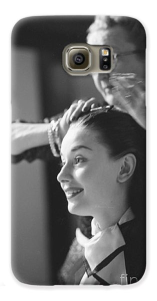 Audrey Hepburn Preparing For A Scene In Roman Holiday Galaxy S6 Case