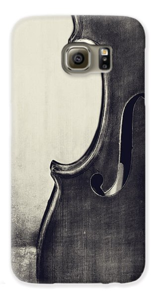 Violin Galaxy S6 Case - An Old Violin In Black And White by Emily Kay