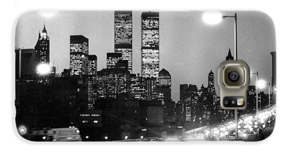 Brooklyn Bridge Traffic II Dusk 1980s Galaxy S6 Case by Gary Eason