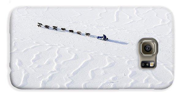 John Bakers Team Running Down Frozen Yukon River  Galaxy S6 Case by Jeff Schultz