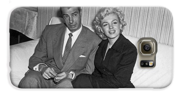 Baseball Players Galaxy S6 Case - Marilyn Monroe And Joe Dimaggio by Underwood Archives