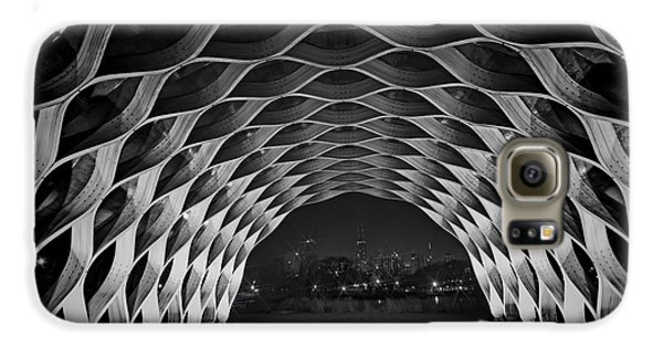 Wooden Archway With Chicago Skyline In Black And White Galaxy S6 Case