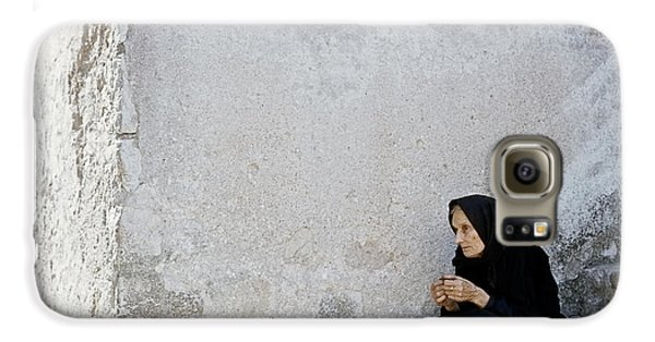Old Age Woman Sitting Galaxy S6 Case by Juan Carlos Ferro Duque