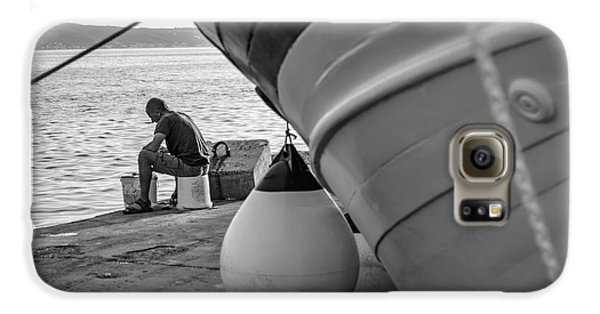 Black And White - Fisherman Cleaning Fish On Docks Of Kastel Gomilica, Split Croatia Galaxy S6 Case