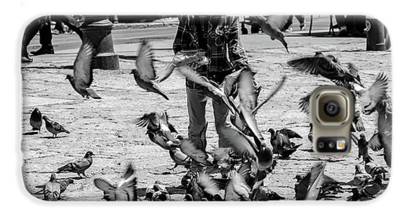 Black And White Of Boy Feeding Pigeons In Sarajevo, Bosnia And Herzegovina  Galaxy S6 Case