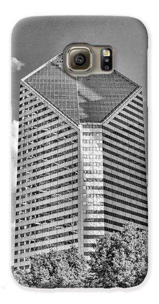 Galaxy S6 Case featuring the photograph Chicago Smurfit-stone Building Black And White by Christopher Arndt