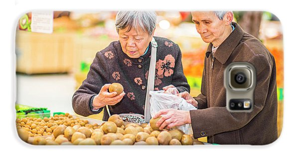 Senior Man And Woman Shopping Fruit Galaxy S6 Case